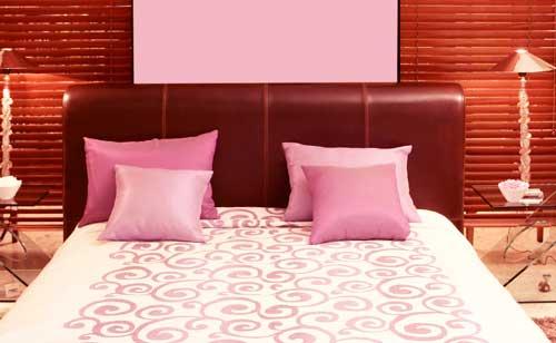 ピンクの寝室で寝ている間に恋愛運をチャージ!