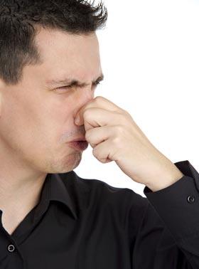 鼻をつまむ何かむかつく男