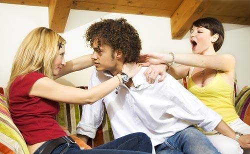 三角関係で男性を挟んで喧嘩してる男女