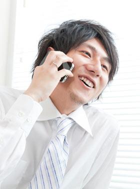 スマホで電話する男性