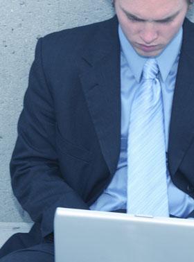 ノートパソコンを見つめて目を上げない男性