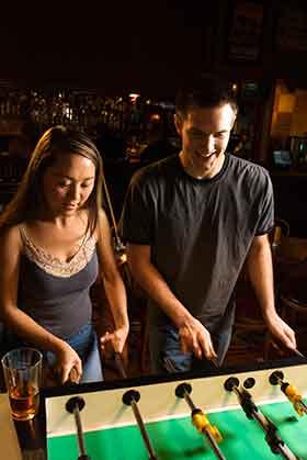 出会いの場バーで盛り上がる恋活女性