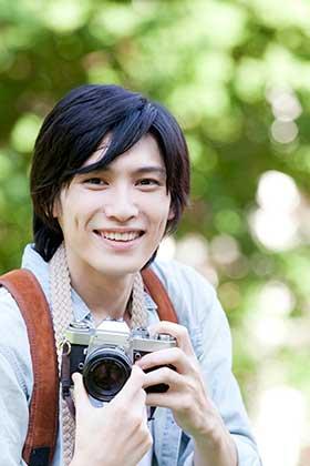 カメラを持ったイケメンの男性