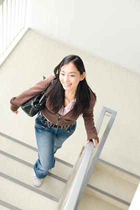 階段を上がる女性