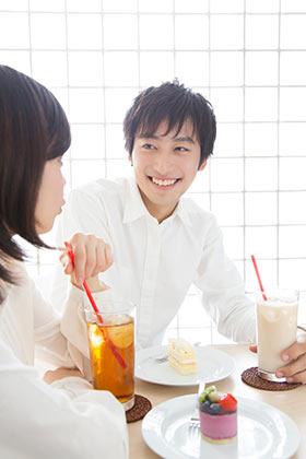 一目惚れ相手と喫茶店デートする女性