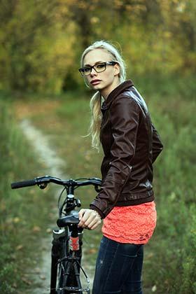 ライダースジャケットを着た女性