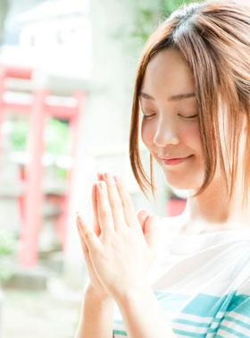 神社に参拝する女の人