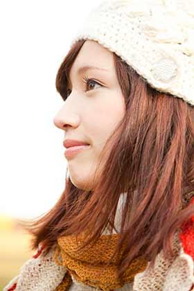 紅葉デートにニット帽