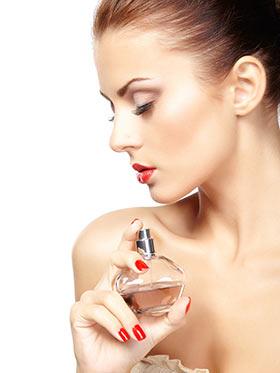 良いタイミングで香水の効果を得る女性