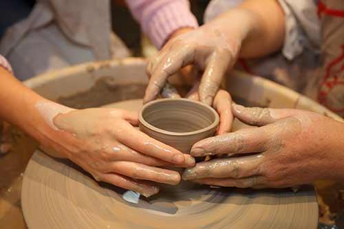 芸術の秋に陶芸デートするカップル