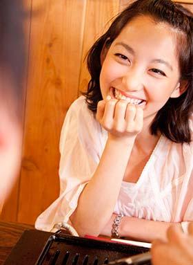 恋愛に発展しやすい自然な笑顔の女性