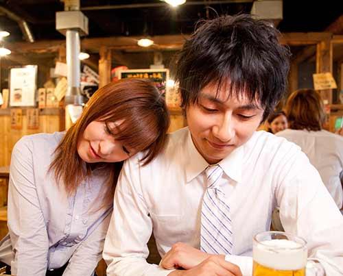居酒屋デートで彼に超接近彼女