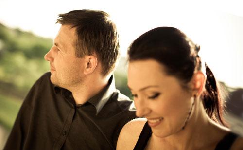 デート中に告白のタイミングを見計らう女性