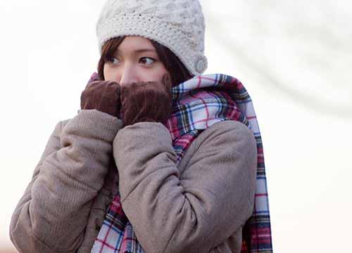 マフラーに顔をうずめる寒がり上手な女子