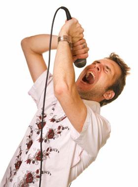 カラオケでストレス発散する男性
