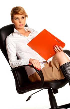 椅子に腰かけたままの冷静沈着な女性