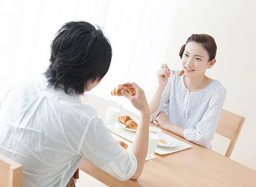 ちゃんと朝食を作る女性