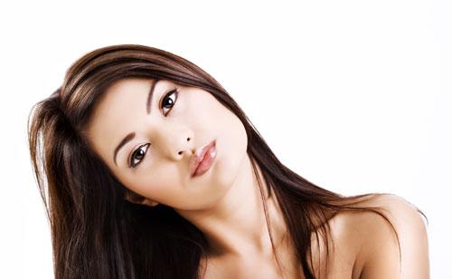 透明感のあるブラウンカラーの髪の女性