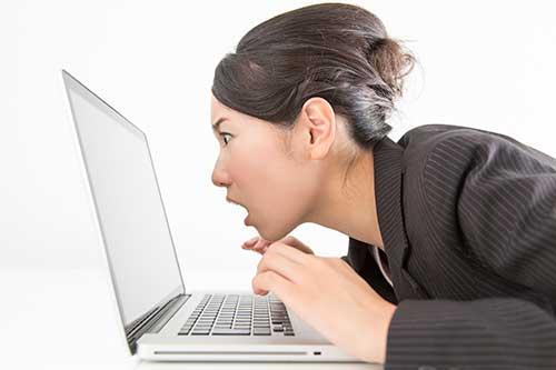 インターネットで出会いを探す女性