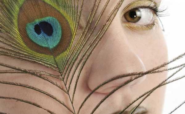 鳥の目を持つ女性