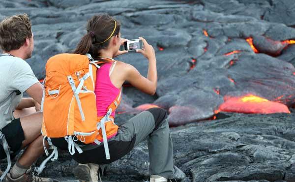 火山のそばのカップル