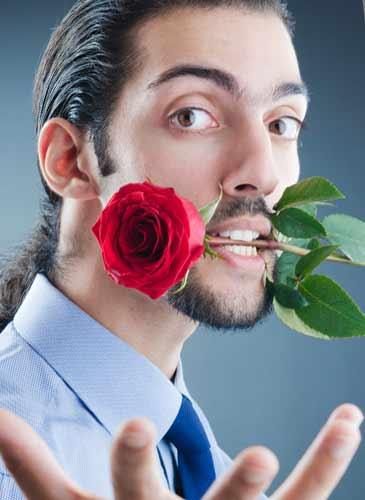 薔薇を口にくわえ調子にのっている男性