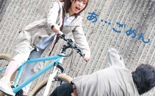 自転車で彼氏を間違ってひく彼女