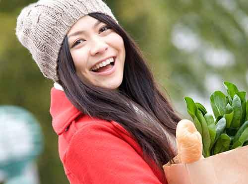 可愛い笑顔を見せる女性