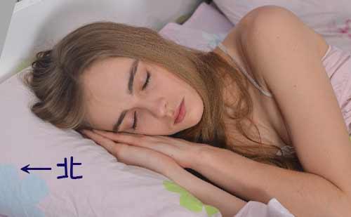 北枕で寝る女性