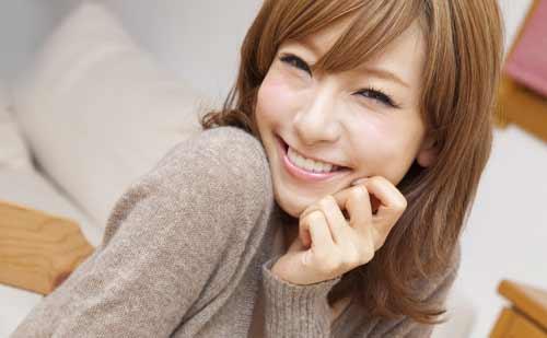 笑顔でこちらをみる女性