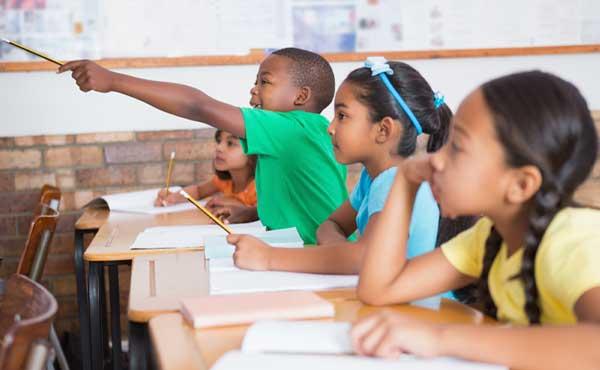 教室で授業を受ける子ども