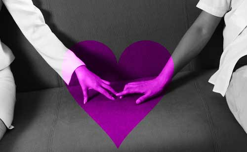 お互いの手に触れるカップル
