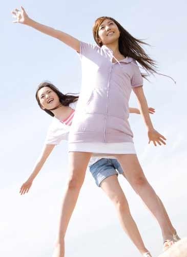 バランスを取りながら歩く2人の女性