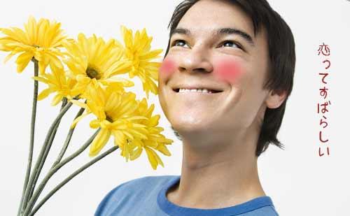 花束を持ちながらうきうきの男性