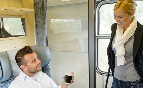 電車であいさつをする男女