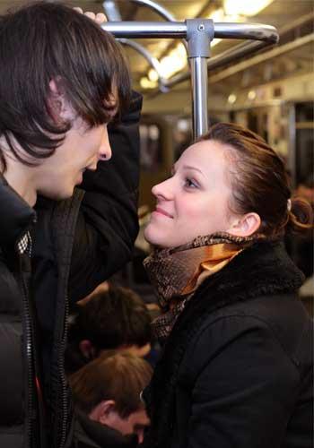 電車で顔を合わせる男女