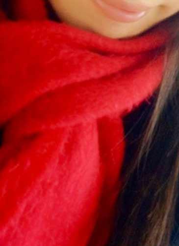 女性と赤いマフラー