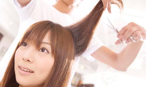 美容師でヘアメイクする女性