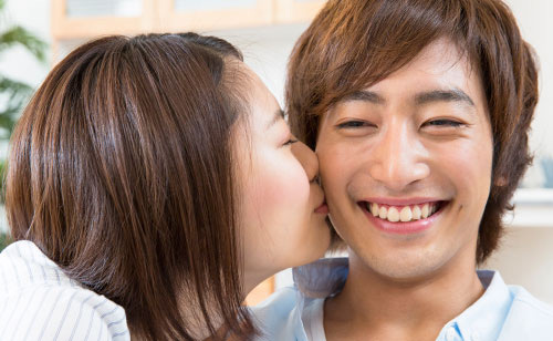 キスする女性