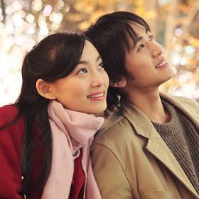 クリスマスイベントを楽しむカップル