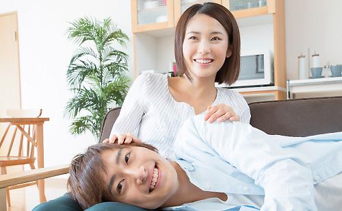 彼氏に膝枕する女性