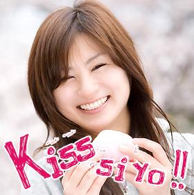 笑顔でキスをねだる女性