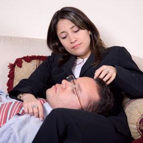彼女の膝枕で眠る男性