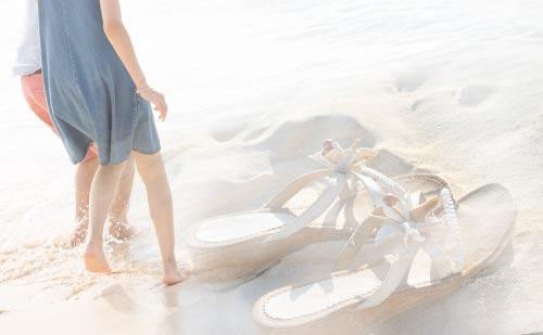 砂浜に忘れられたサンダルと彼との思い出