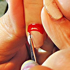 服と帽子の赤い色を塗る1