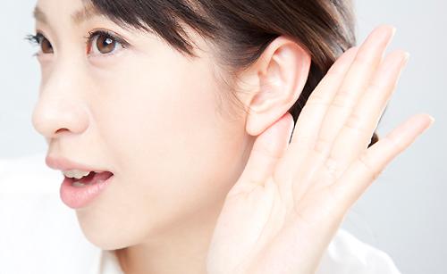 耳を傾ける女性