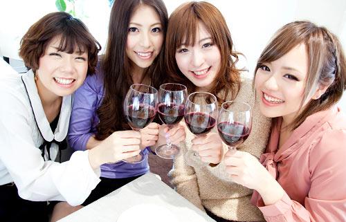 飲みパーティ中の女の子たち