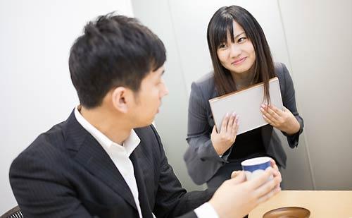 男性社員に甘える女性