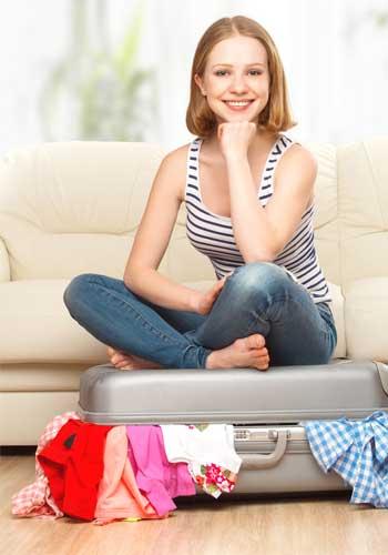 バッグの上に座る女性