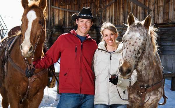乗馬をするカップル